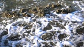 Κύματα και βράχοι παραλιών φιλμ μικρού μήκους