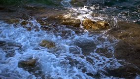 Κύματα και βράχοι παραλιών απόθεμα βίντεο