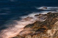Κύματα και βράχοι στην πόλη Sozopol στοκ εικόνα με δικαίωμα ελεύθερης χρήσης