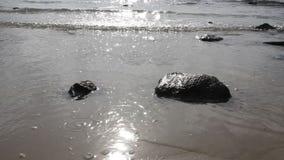 Κύματα και βράχος θάλασσας απόθεμα βίντεο