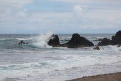 Κύματα και βράχος Στοκ Εικόνες