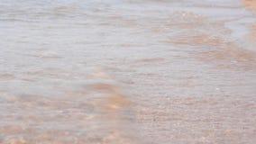Κύματα και η άμμος στενό στον επάνω παραλιών απόθεμα βίντεο