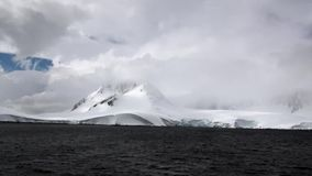 Κύματα και σύννεφα στο υπόβαθρο του βράχου χιονιού στον ωκεανό της Ανταρκτικής απόθεμα βίντεο