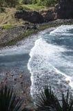 Κύματα και δύσκολη ακτή Στοκ Εικόνα