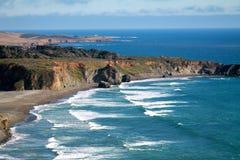 Κύματα κατά μήκος της παράλιας Ειρηνικού στοκ εικόνες