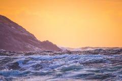 Κύματα κοντά στο λόφο Στοκ εικόνες με δικαίωμα ελεύθερης χρήσης