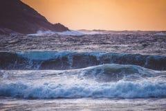 Κύματα κοντά στο λόφο Στοκ Εικόνες