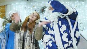 Κύματα κοριτσιών στο κορίτσι χιονιού Άγιου Βασίλη καμερών στο διακοσμημένο δωμάτιο απόθεμα βίντεο
