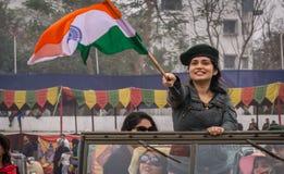 Κύματα κοριτσιών υπερήφανα το ινδικό τρι-χρώμα στην εκλεκτής ποιότητας συνάθροιση αυτοκινήτων πολιτικών σε Kolkata Στοκ φωτογραφία με δικαίωμα ελεύθερης χρήσης