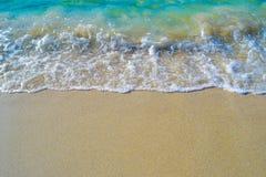 Κύματα κρυστάλλου που πλένουν πέρα από την ακτή Στοκ Εικόνες