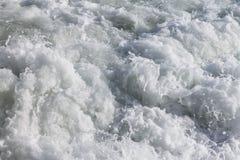 Κύματα με τον άσπρο αφρό της θάλασσας Στοκ Εικόνες