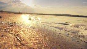 Κύματα με τον αφρό κοντά στο σε αργή κίνηση βίντεο ακτών απόθεμα βίντεο