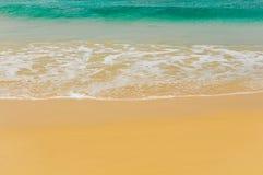 Κύματα μιας τροπικής θάλασσας Στοκ εικόνες με δικαίωμα ελεύθερης χρήσης
