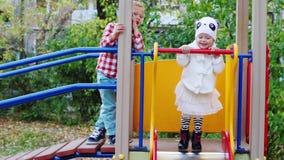 Κύματα μικρών παιδιών το χέρι του με την αδελφή της απόθεμα βίντεο