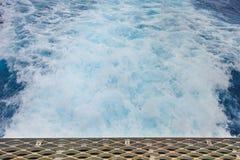 Κύματα πίσω από τη βάρκα πληρωμάτων με το ράφι χαλύβδινων συρμάτων με σκουριασμένο στοκ εικόνα