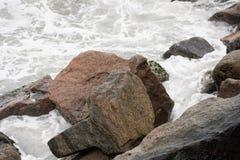 Κύματα που καταβρέχουν και που δημιουργούν τον αφρό στοκ εικόνα με δικαίωμα ελεύθερης χρήσης