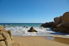 Κύματα που κτυπούν ενάντια στους παράκτιους βράχους στους απότομους βράχους Στοκ φωτογραφία με δικαίωμα ελεύθερης χρήσης