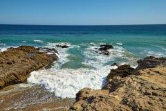 Κύματα που κτυπούν ενάντια στους παράκτιους βράχους στους απότομους βράχους Στοκ εικόνα με δικαίωμα ελεύθερης χρήσης