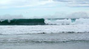 Κύματα που κυλούν μέσα στην ακτή Στοκ φωτογραφία με δικαίωμα ελεύθερης χρήσης