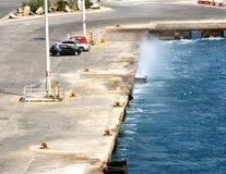 Κύματα που ο ψεκασμός στην αποβάθρα στοκ φωτογραφία με δικαίωμα ελεύθερης χρήσης