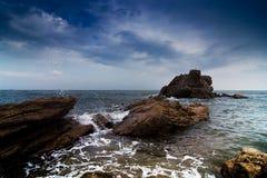 Κύματα που περιτυλίγουν τους βράχους Στοκ Εικόνα