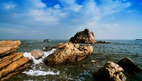 Κύματα που περιτυλίγουν τους βράχους Στοκ Εικόνες