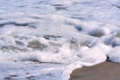 Κύματα που πλένουν επάνω επάνω στην ακτή Στοκ Φωτογραφίες