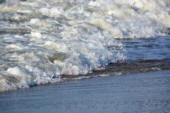 Κύματα που πλένουν επάνω επάνω στην ακτή Στοκ εικόνα με δικαίωμα ελεύθερης χρήσης