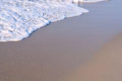 Κύματα που πλένουν επάνω επάνω στην ακτή Στοκ εικόνες με δικαίωμα ελεύθερης χρήσης