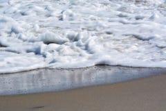 Κύματα που πλένουν επάνω επάνω στην ακτή Στοκ Εικόνα