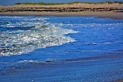 Κύματα που πλένουν επάνω επάνω στην ακτή Στοκ Εικόνες
