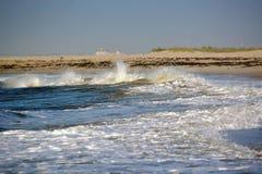 Κύματα που πλένουν επάνω επάνω στην ακτή Στοκ φωτογραφία με δικαίωμα ελεύθερης χρήσης