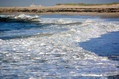 Κύματα που πλένουν επάνω επάνω στην ακτή Στοκ Φωτογραφία