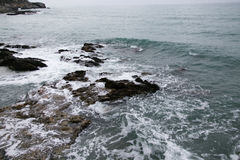 Κύματα που πλένουν τους βράχους στοκ φωτογραφία με δικαίωμα ελεύθερης χρήσης