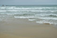 Κύματα που σπάζουν με την άσπρη άμμο στην παραλία της EL Aguilar μια βροχερή ημέρα 29 Ιουλίου 2015 Τοπία, φύση, ταξίδι Muros de στοκ εικόνα με δικαίωμα ελεύθερης χρήσης
