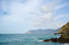Κύματα που σπάζουν πέρα από τους απότομους βράχους σε Riomaggiore, Λιγυρία, Cinque Terre, Ιταλία Στοκ φωτογραφίες με δικαίωμα ελεύθερης χρήσης