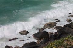 Κύματα που σπάζουν πέρα από τους βράχους στο thev iew κάτω από το σημείο κινδύνου, Queensland, Στοκ φωτογραφία με δικαίωμα ελεύθερης χρήσης