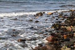 Κύματα που σπάζουν σε μια δύσκολη παράκτια παραλία Στοκ φωτογραφία με δικαίωμα ελεύθερης χρήσης