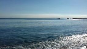 Κύματα που σπάζουν στην ακτή της παραλίας στοκ εικόνες