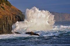 Κύματα που σπάζουν στους απότομους βράχους θάλασσας Στοκ εικόνες με δικαίωμα ελεύθερης χρήσης