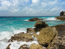 Κύματα που σπάζουν στους βράχους Στοκ Εικόνες