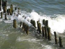 Κύματα που σπάζουν στους κυματοθραύστες Στοκ φωτογραφία με δικαίωμα ελεύθερης χρήσης
