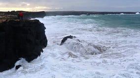 Κύματα που σπάζουν στους μαύρους βράχους στην Ισλανδία απόθεμα βίντεο