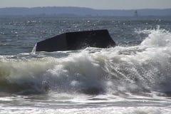 Κύματα που σπάζουν στο βράχο απόθεμα βίντεο