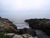 Κύματα που σπάζουν στο στενό όρμο στοκ φωτογραφία με δικαίωμα ελεύθερης χρήσης