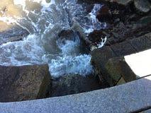 Κύματα που στροβιλίζονται και που συντρίβουν κατά μήκος της βάσης στο όργανο κυμάτων Στοκ εικόνα με δικαίωμα ελεύθερης χρήσης