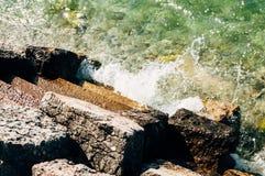 Κύματα που συντρίβουν ενάντια στα συγκεκριμένα σκαλοπάτια Στοκ Εικόνα