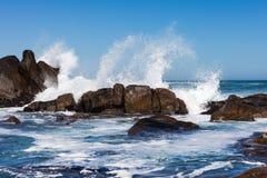 Κύματα που συντρίβουν ενάντια στους λίθους Στοκ φωτογραφίες με δικαίωμα ελεύθερης χρήσης