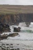 Κύματα που συντρίβουν ενάντια στους βράχους και τους απότομους βράχους θάλασσας, Dingle χερσόνησος Στοκ Φωτογραφία