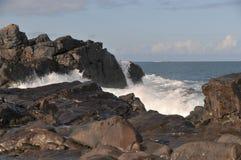 Κύματα που συντρίβουν ενάντια στους βράχους Στοκ εικόνα με δικαίωμα ελεύθερης χρήσης